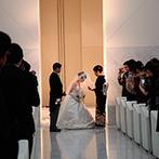 W THE STYLE OF WEDDING:純白の空間で100名のゲストに見守られながら誓いを交わした。「トレーンがすてきだった」との声もたくさん
