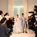 W THE STYLE OF WEDDING:一段高い祭壇からゲスト全員の笑顔が見え、人前式の感動もひとしお。鹿児島色を出したアフターセレモニーも