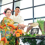 W THE STYLE OF WEDDING:桜島が見える開放的な会場に、憧れの和装で登場。大きなおむすびバイトも、和の披露宴に彩りを添えた