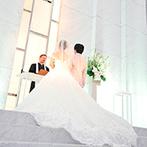 W THE STYLE OF WEDDING:花嫁の幸せとウエディングドレスが映える、真っ白な挙式空間。大勢のゲストに見守られ、永遠の愛を誓った