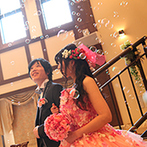 アルコラッジョ(arcoraggio):大階段からの入場シーンは、新婦をお姫様に。ドレスの色当てクイズをプラスして、注目度も満点!