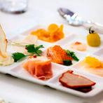 THE BELLCLASSIC KOFU(ベルクラシック甲府):明るくラグジュアリーな会場では、食べることが好きなふたりが選んだ美食やオリジナルケーキに笑顔が溢れた