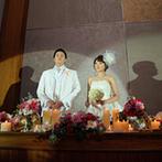 マリエール神水苑:キャンドルが灯る大人のムードあふれるパーティ。新郎の職業にちなんだパロディ映像でゲストの目を釘付けに