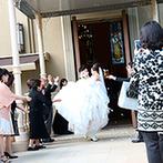 マリエール神水苑:本格的な大聖堂での挙式後は、お姫様抱っこでのフラワーシャワー。披露宴会場へは、オープンカーで爽やかに