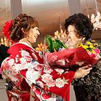 マリエール神水苑:庭園を望むパーティ会場でゆったり寛ぐ癒しのひと時。新婦から祖母へのサプライズで会場が感動的なムードに