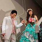 マリエール神水苑:ふたりで手を取り合いながらの階段入場にゲストの視線もくぎ付け。新郎からの粋なサプライズで会場中が笑顔
