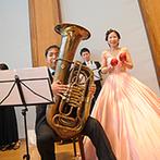 マリエール神水苑:ふたりや親族、友人による生歌&生演奏で、音楽があふれるパーティに。本格的なオーケストラにゲストも感激
