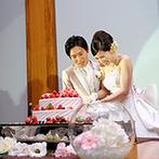 マリエール神水苑:新郎新婦のケーキ入刀後は両親への素敵なサプライズも。熊本ならではの美食やこだわりの美酒にゲストも歓喜