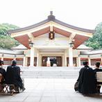 名古屋迎賓館 The Bankers Club (ザ・バンカーズ クラブ):ふたりと共に花嫁行列で神社入りし、境内で誓いを見届けるゲスト達。感動の声をたくさんもらえた神前式に