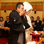 湯本富士屋ホテル:箱根神社の神様が祀られた館内神殿で執り行われた挙式。娘の晴れ姿に母が涙する感動的なシーンになった