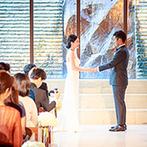 オリエンタルホテル 神戸・旧居留地:誓い合うふたりの姿を美しく引き立てる洗練されたチャペル。多くのゲストに見守られ、温かな時間が流れた
