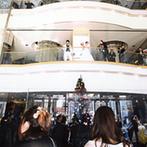 宇都宮東武ホテルグランデ:親しみやすい牧師のおかげで、安心して迎えた挙式。ホテルの吹き抜けロビーで、ダイナミックにブーケトス!