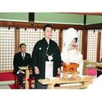 大阪天満宮:憧れの白無垢を着て厳粛な挙式。日本の古きよき伝統が光るセレモニーに、改めて夫婦になる重みを実感