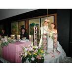 大阪天満宮:クラシカルモダンな会場を春のイメージでコーディネート。会場を飾るキャンドルにもこだわり、統一感を演出