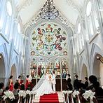伊勢山ヒルズ:神聖な輝きを放つステンドグラス、真紅の長いバージンロード…。大切な家族や友人の祝福に包まれた教会式に