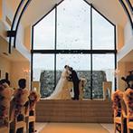 ララシャンス 迎賓館:美しいロケーションをバックに誓う永遠の愛。ふたりを祝福する天使の羽根の演出に、ゲストも思わずうっとり