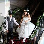 ララシャンス 迎賓館:お揃いのアイテムを身につけ、階段から仲良くふたりが登場!入場シーンもゲストを楽しませる演出となった