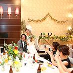 スイート ヴィラ シーンズ:シンプルモダンな会場に映える装花は、イメージを忠実に反映。全員の喜ぶ顔を思いながら、料理もセレクト