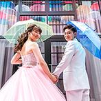 スイート ヴィラ シーンズ:6月の結婚式らしく、アンブレラスカイが彩るガーデンから再入場。ふたりも傘を差して遊び心を表現した