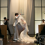 スイート ヴィラ シーンズ:大切な人たちに永遠の愛を誓う人前式。多彩な演出のひとつひとつに、感謝と幸せへの願いを込めた