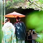 三瀧荘:お色直しでは赤い番傘をさして、庭園から入場するサプライズ。和やかなパーティのアクセントになった