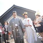 ザ白梅クラシックガーデン:自宅から白無垢で…新婦の夢を実現させ、歴史ある椿大神社での神前式。番傘をさして歩む花嫁姿に感嘆の声も