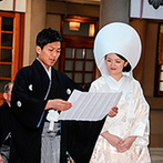 東郷神社・ルアール東郷:親族だけでなく友人にも列席してもらえた本格神前式。参進の儀ではたくさんの人々からの祝福を浴びて笑顔に