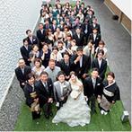 姫路モノリス 旧逓信省姫路別館(HIMEJI MONOLITH):輝きに満ちたチャペルで、ゲストの前で誓いを交わす人前式。開放的なガーデンでフラワーシャワーも満喫!