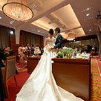 姫路モノリス 旧逓信省姫路別館(HIMEJI MONOLITH):赤い絨毯にレトロモダンなシャンデリア。上質な雰囲気を醸し出す、伝統美溢れるパーティ会場に魅力を感じた