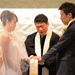 姫路モノリス 旧逓信省姫路別館(HIMEJI MONOLITH):宝石箱のように煌めく教会で執り行う挙式。いつもお世話になっている牧師先生へふたりの永遠の愛を誓った