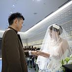姫路モノリス 旧逓信省姫路別館(HIMEJI MONOLITH):シーンによって光が変わり、印象的なセレモニーを演出。6月生まれの新婦に合う、紫陽花のブーケもひと工夫