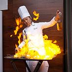 姫路モノリス 旧逓信省姫路別館(HIMEJI MONOLITH):オープンキッチンから運ばれる出来立ての料理でおもてなし。ダイナミックな炎の演出や最新の映像演出も