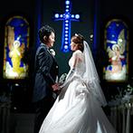 アルファーレ グランシャトー:青い十字架やステンドグラスが目を惹く、神聖な雰囲気の大聖堂。憧れの挙式シーンに期待が高まった