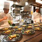 アルカンシエル luxe mariage 名古屋:オープンキッチンからサーブされる出来たての美食に笑顔。おしゃべりが弾み、ゲスト満足度の高いパーティに