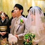 マリンタワーウェディング&スカイセレモニー●横浜マリンタワー:ホワイト&ゴールドが基調のチャペルで教会式。身近な家族や友人に見守られて、新たな一歩をふみ出す決意を