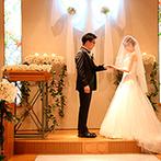 THE SAIHOKUKAN HOTEL(長野ホテル 犀北館):「シンプルでも私たちらしい挙式を」。手作りの指輪とブーケを手に、温かなハグで愛を誓うセレモニー