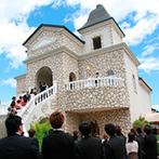 セント・ヴェルジェ教会:青空に映えるリゾート感あふれる1日2組のウエディングステージ。フレンドリーなスタッフの対応に感動
