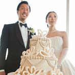 ENOTECA PINCHIORRI(エノテーカ ピンキオーリ):ホワイトデコレーションのケーキは、装花の雰囲気に合わせたオリジナル。ゲストとの交流を大切にした披露宴