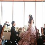 ENOTECA PINCHIORRI(エノテーカ ピンキオーリ):バラのブーケに、べロアのリボン。新婦選りすぐりのデザイナーズドレスで、ブーケブートニアの儀式を