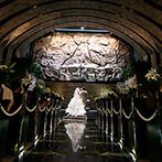 Belle fuga(ベルフーガ):祭壇の奥に岩壁がそびえる、石造りの神聖な空間。幻想的な挙式も、爽やかなアフターセレモニーも満喫できた