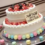 プリマディーバ:フローリストが提案した、ふたりらしいコーディネート。ケーキは大好きな愛犬とカラフルなマカロンで彩って