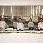 プリマディーバ:ふたり色に染められる白亜の貸切邸宅。調理の光景が見られるオープンキッチンからは、出来立ての熱々料理も