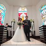 プリマディーバ:3面のステンドグラスから降り注ぐ、優しい自然光もふたりを祝福。ゲストの温かな眼差しに包まれた教会式に
