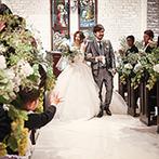 マリーゴールド山口:聖歌隊の歌声がふたりとゲストを包み込む厳かな挙式。新婦好みに彩られたシックな花がドレス姿を引き立てた