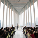HARMONIE EMBRASSEE WEDDING HOTEL(アルモニーアンブラッセウエディングホテル):まるで天空に浮かぶ船に抱かれるよう。まばゆい光の祝福とともに、ふたりの門出を見守るチャペル