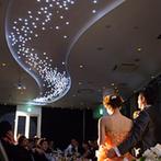 HARMONIE EMBRASSEE WEDDING HOTEL(アルモニーアンブラッセウエディングホテル):挙式からそのまま、天の川が輝くパーティへ。うつろいゆく夕景がロマンチックに、パーティに華を添えた