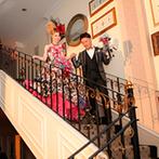オステルリー・ド・コートダジュール:お色直し後は階段を降りて華やかに入場!レインボーカラーの光を放つフラワー演出で幻想的な雰囲気に