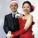 山口グランドホテル:クリスマスカラーで会場をトータルにコーディネート。ケーキは、ふたりが出会ったバスケチームのマスコット