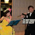 岡山プラザホテル:絶景を望む9階のレストランで、一体感のある賑やかなパーティ。新婦が奏でるフルートにゲストもうっとり