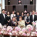 ラグナヴェール TOKYO:装花は新婦が大好きなピンクのバラを使って華やかに。陸上選手として活躍していたふたりらしいケーキも登場